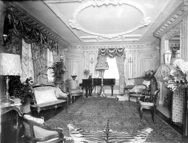 An Old Photo of the Manhattan Apartment